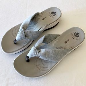 Clarks Cloudsteppers grey fabric flip-flop sandals